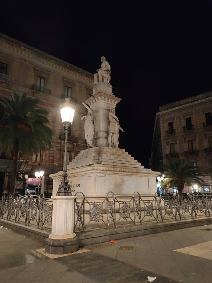 Piazza Stesicoro infettata dalle blatte! Triste spettacolo in pientro