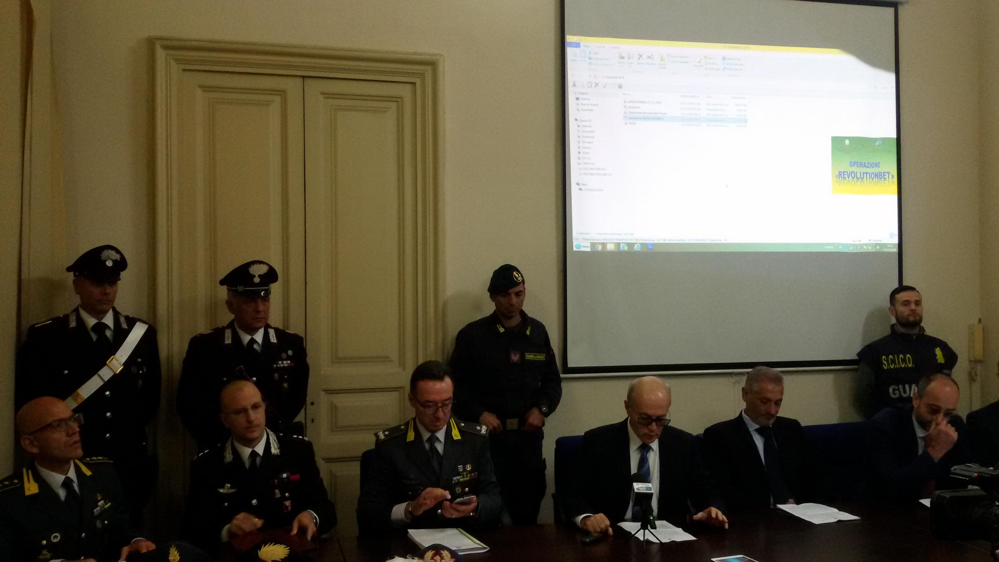 SURREALE: ad Aci Catena seppelliscono i morti nelle fioriere e invece di vergognarsi la giunta querela il giornalista Umberto Teghini