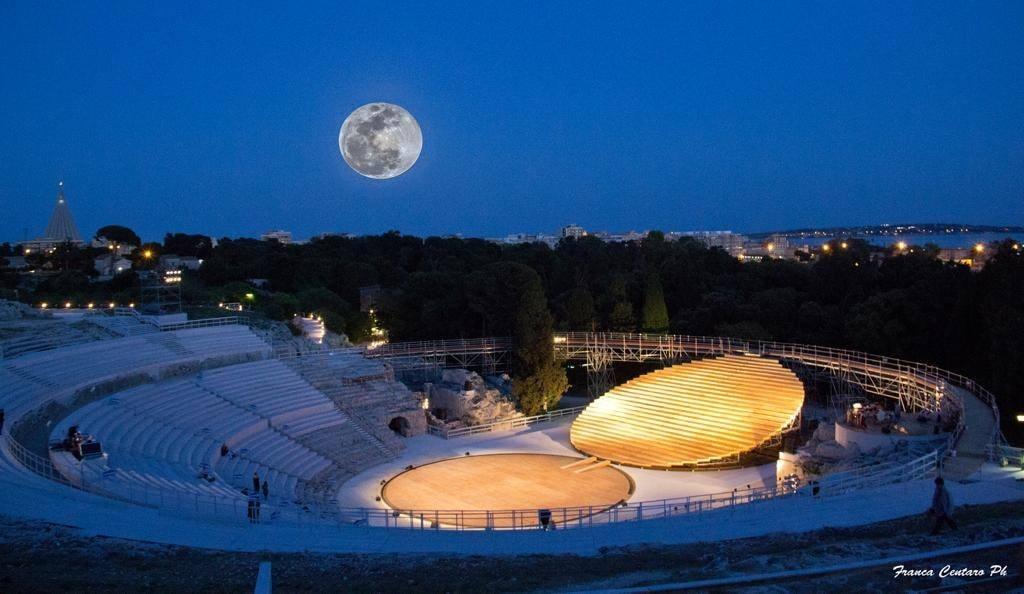 teatro-greco-di-siracusa-notte-foto-franca-centaro-1-1603894418.jpg